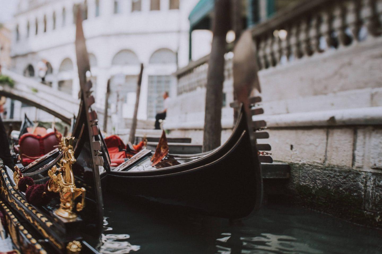 romantic gondola ride venice photographer
